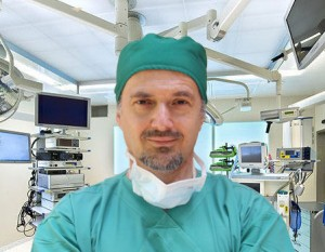 Καρνέζης Γιάννης στο χειρουργείο